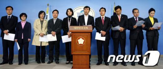 [사진]기자회견 갖는 민주통합당 초선의원들