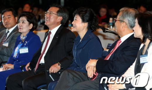 [사진]중소기업 정책간담회 참석한 박근혜 후보