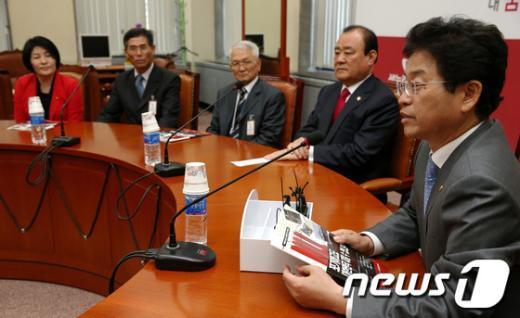 [사진]연평해전 전사자 유가족 소개하는 이철우 원내대변인