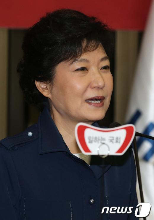[사진]의원총회 참석한 박근혜 후보
