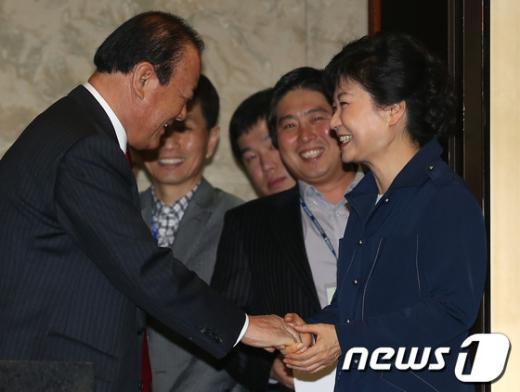 [사진]NLL 진상조사특위 송광호 위원장과 악수하는 박근혜