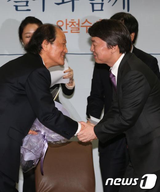 [사진]조정래 후원회장과 악수하는 안철수 후보