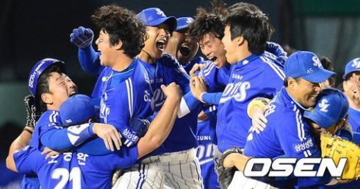 경기 종료 후 삼성 선수들이 승리를 기뻐하고 있다. ⓒ사진제공=OSEN