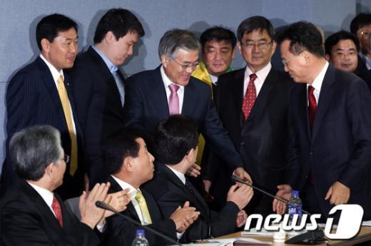 [사진]중앙선대위 회의 참석하는 문재인 후보