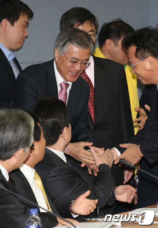 [사진]회의 참석하는 문재인 후보