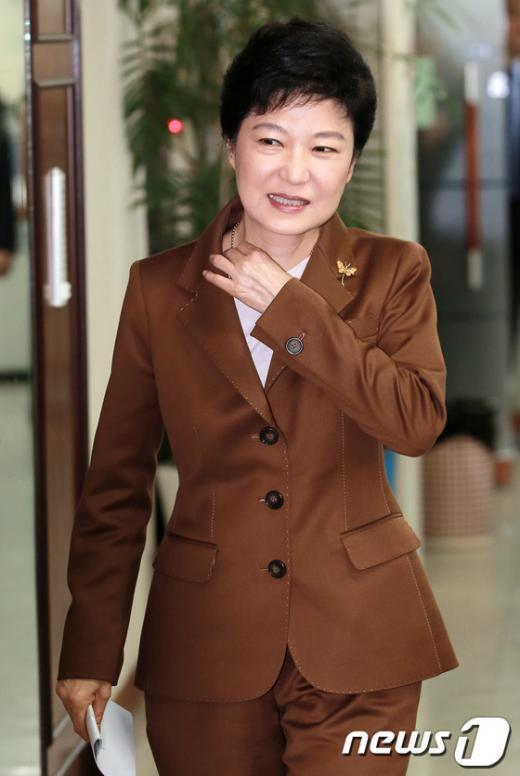 [사진]기자회견 입장하는 박근혜 후보