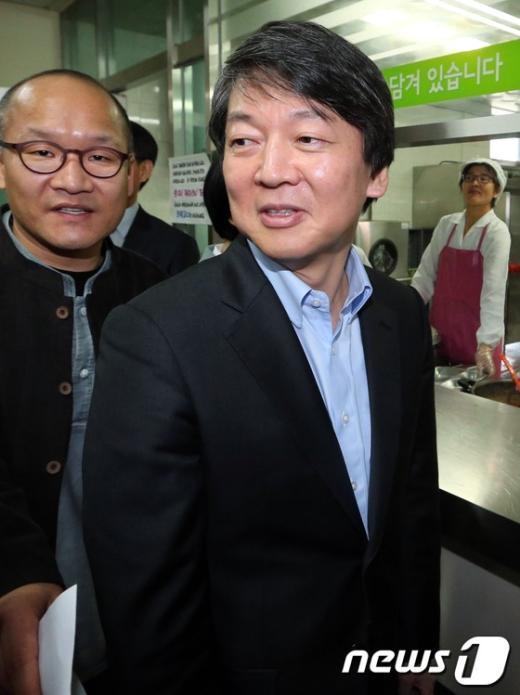 [사진]노인복지관 식당 둘러보는 안철수 후보