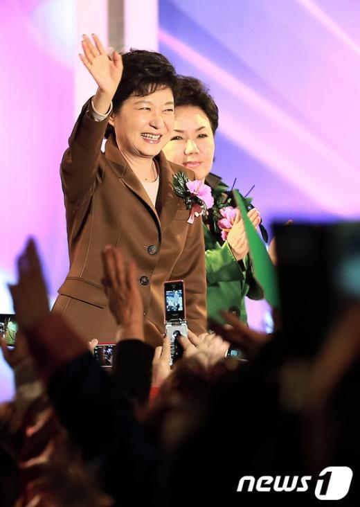 [사진]손 흔드는 박근혜