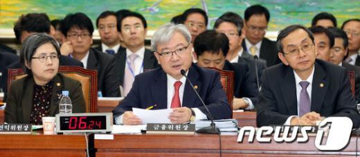 [사진]질의 답하는 김석동 금융위원장