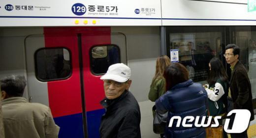 [사진]기다려도 열리지 않는 지하철 출입구