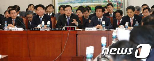 [사진]원전부품 서류위조 사건 관련 질의 답하는 홍석우 장관