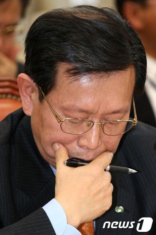 [사진]곤혹스러운 표정의 한국수력원자력사장