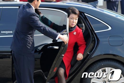 [사진]차에서 내리는 김윤옥 여사