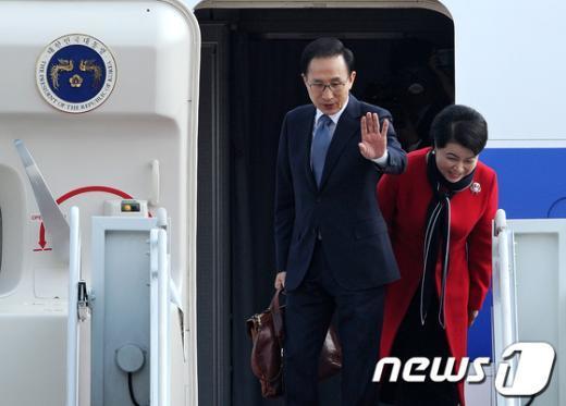 [사진]출국하는 이명박 대통령과 김윤옥 여사