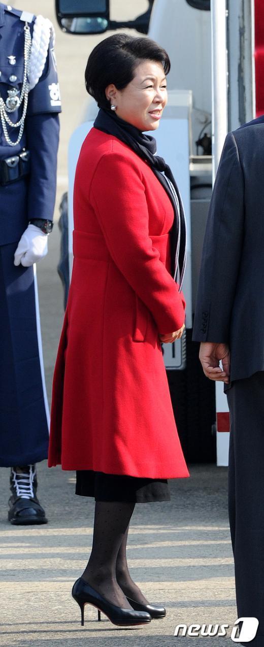 [사진]이대통령과 함께 출국하는 김윤옥 여사