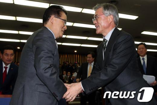 [사진]악수하는 문재인 후보와 박지원 원내대표