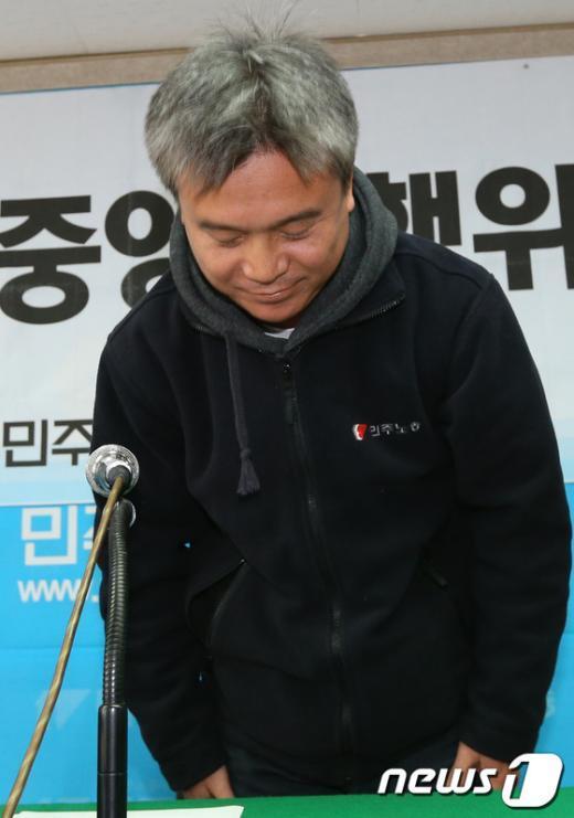 [사진]고개 숙여 인사하는 김영훈 민주노총 위원장