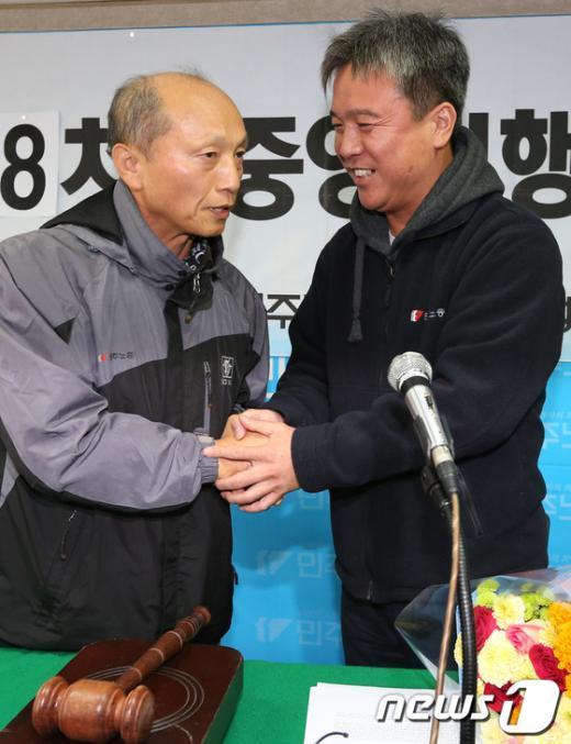 [사진]악수하는 김영훈 위원장과 정의헌 위원장 직무대행