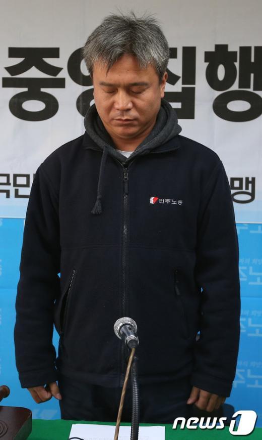 [사진]묵념하는 김영훈 민주노총 위원장
