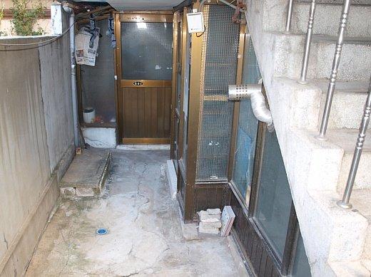 ↑서울 은평구 역촌동 소재 다가구주택 38.14㎡ 반지하 입구. 방 2개에 전셋값은 3500만원.ⓒ송학주<br />
