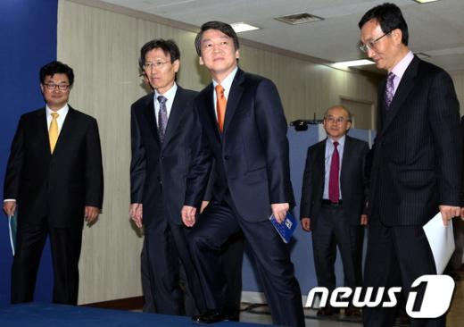 [사진]통일-외교정책 발표 위해 단상에 오르는 안철수 후보