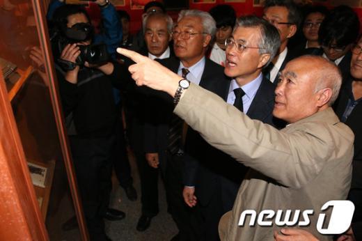 [사진]너븐숭이 4.3기념관 찾은 문재인 후보