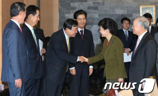 [사진]경제5단체장과 악수하는 박근혜 후보