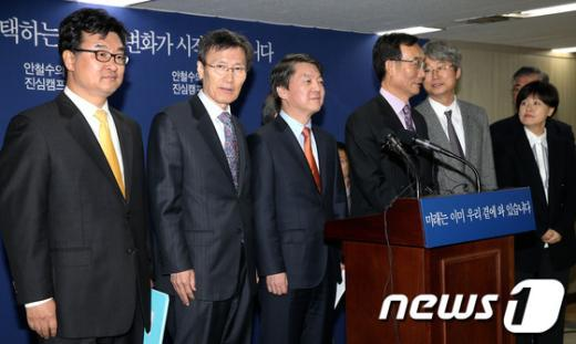 [사진]국정자문위원들과 함께 선 안철수 후보