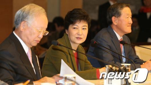 [사진]경제5단체장 간담회에서 인사말 하는 박근혜