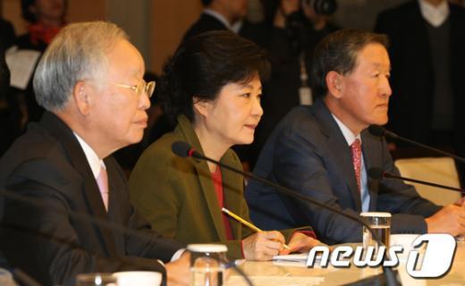 [사진]경제계 의견 경청하는 박근혜 후보