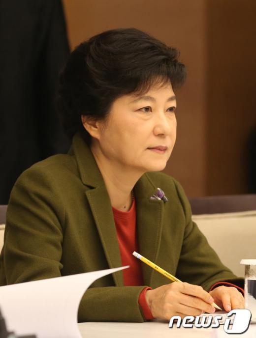 [사진]경제계 의견 메모하는 박근혜 후보