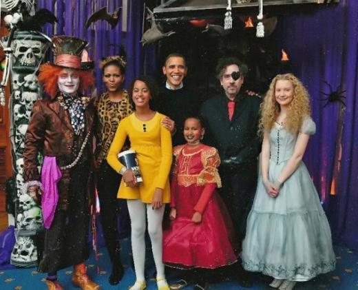 2009년 백악관에서 열린 할로윈 파티에 참석한 오바마 가족. 왼쪽에서 두번째부터 미셸 여사, 큰 언니 말리아, 오바마 대통령, 동생 사샤.