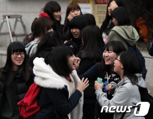 [사진]수능 끝 '행복한 미소'