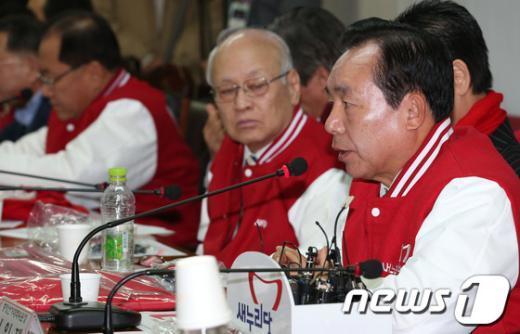 [사진]새누리당 중앙선대위 회의 참석한 이인제