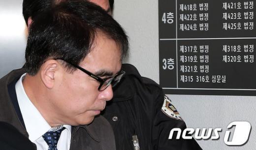 [사진]법정 들어서는 김광준 검사