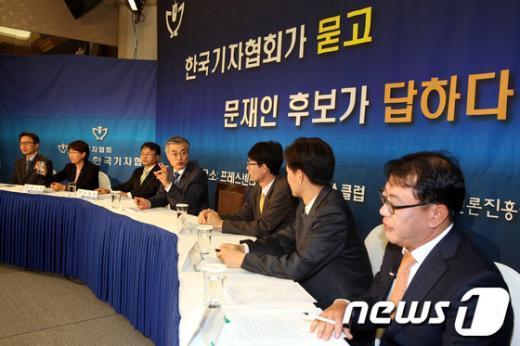 [사진]한국기자협회 주최 토론회 참석한 문재인 후보