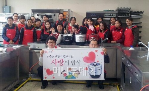 리홈이 이달 16일 전북 남원시 다문화가족지원센터에서 개최한 '사랑의 밥상' 요리교실에서 참가자들이 사진 촬영을 하고 있다.