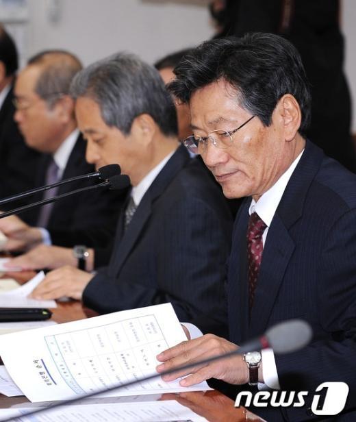 [사진]회의 준비하는 김능환 중앙선관위원장