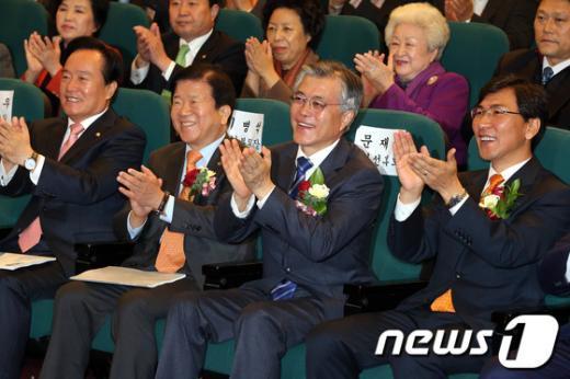 [사진]정책토론회 박수치는 문재인 후보