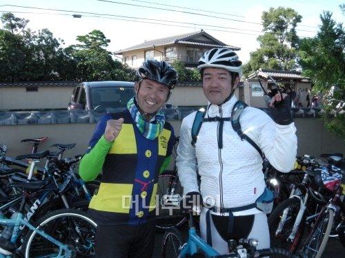 ▲ 이틀 동안 라이딩을 이끈 오바라 다쿠미(좌)·이즈키 요시마사씨(다쿠미씨는 돗토리현 출신의 일본 트라이애슬런 영웅으로 시드니올림픽 국가대표로 출전한 경력을 갖고 있다).
