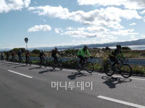 ▲ 일본 최대 석호 나카우미를 끼고 라이딩하는 참가자들