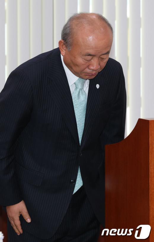 [사진]고개숙여 인사하는 통일부 장관