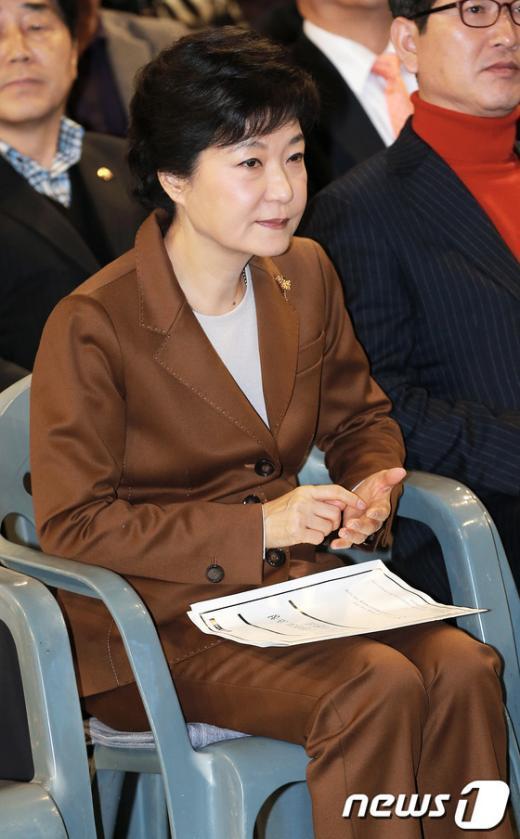 [사진]박근혜 후보, '손바닥 메모'