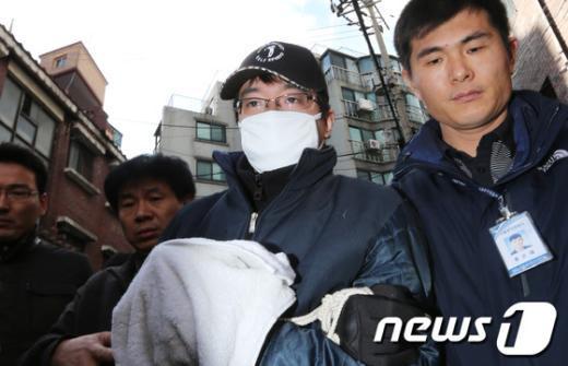 [사진]범행 재연하는 여친 살해범