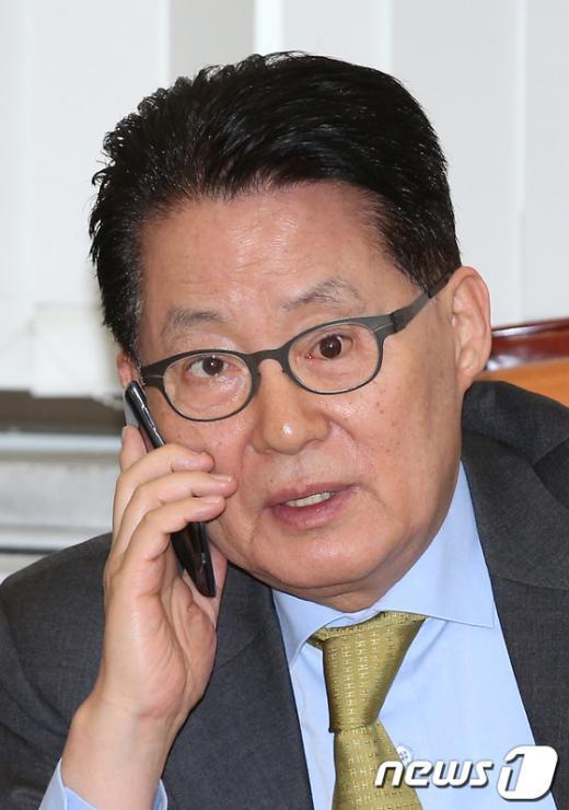 [사진]전화 통화하는 박지원 원내대표