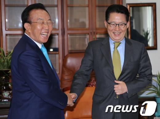 [사진]밝게 웃는 박지원 원내대표와 김관용 경북도지사