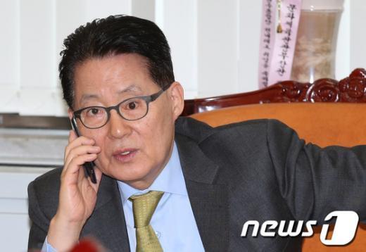 [사진]통화하는 박지원 원내대표