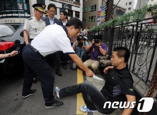 지난 8월23일 서울 여의도의 한 제과점 인근에서 '묻지마' 흉기난동 사건에 대한 경찰의 상황 재연을 김기용 경찰청장이 지켜보고 있다.  News1 이정선 기자