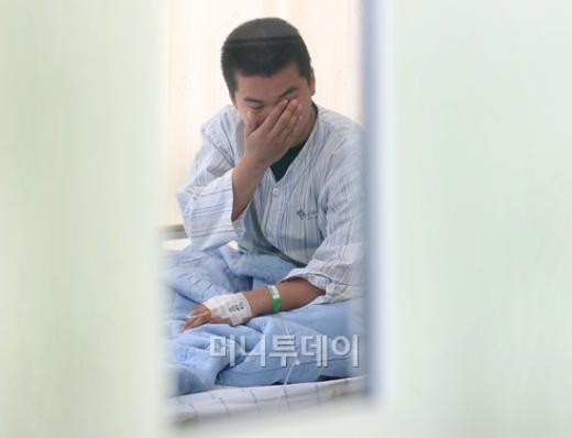↑전지현씨가 19일 건국대병원에서 사진 오보 피해를 이야기하며 눈시울을 적시고 있다./사진=홍봉진기자 honggga@mt.co.kr