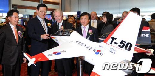 [사진]국산 전략물자 살펴보는 홍석우 장관